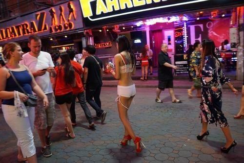 探寻泰国红灯区最神秘的地下酒吧真人Sex Show