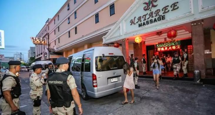 """急!未成年人接客,芭提雅警察突击""""中泰合资""""酒吧:Coming Bar"""